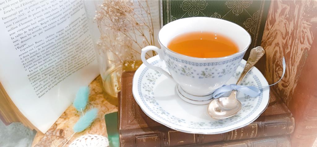 bannière thé et livres